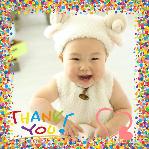 カラフルポップなフレームとスタンプが、シンプルだけど素敵な表情の赤ちゃんの写真を引き立てているオリジナルラベル